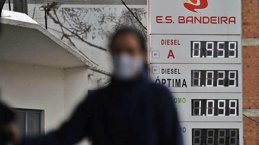 El combustible, a la baja desde hace un mes por las restricciones de movilidad de la pandemia