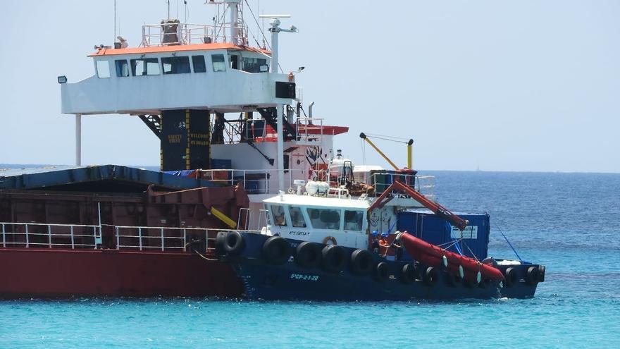 Empiezan los trabajos para desencallar el mercante 'River Thames' en Formentera