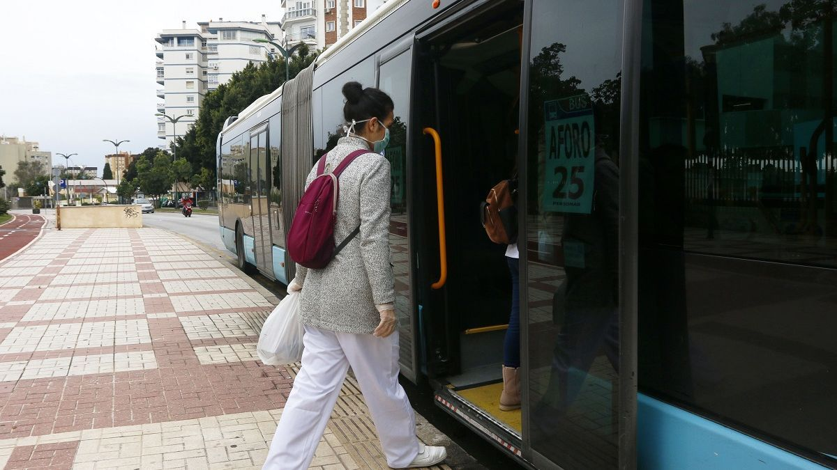 Una usuaria entra a un autobús de la EMT en pleno confinamiento.