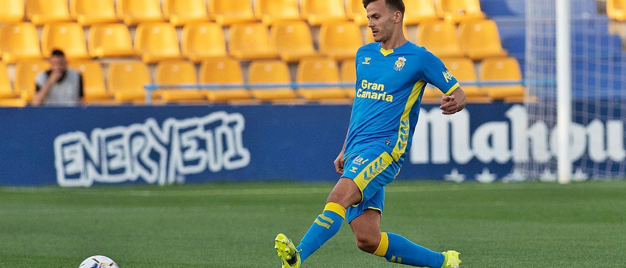 Eric Curbelo da un pase en el partido entre la UD Las Palmas y el Alcorcón de esta misma temporada en Santo Domingo. | | LOF
