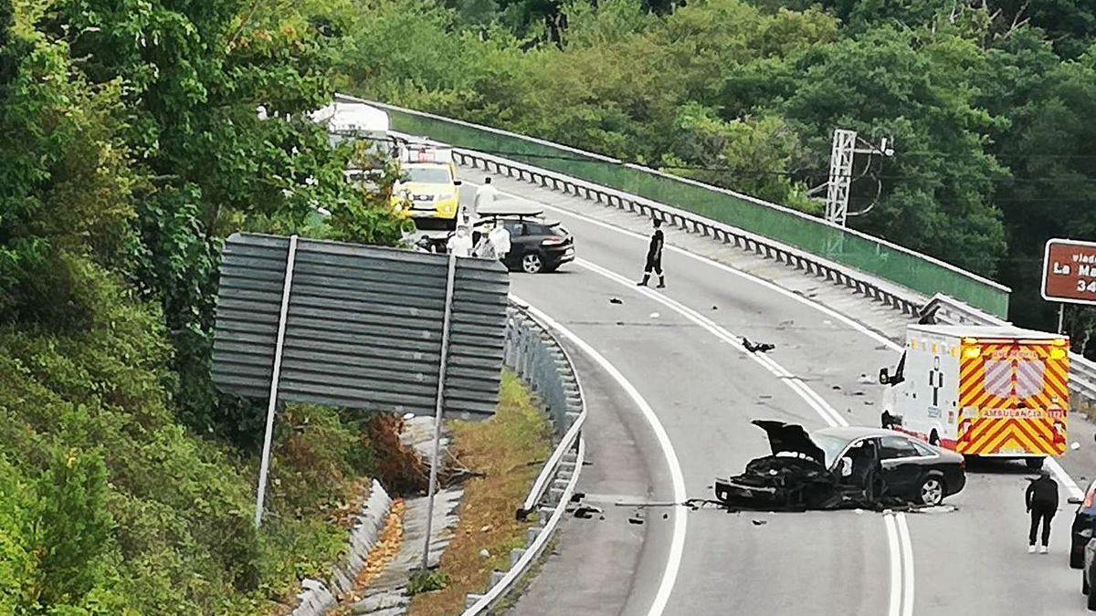 Un gijonés muerto y su mujer y sus dos hijas graves en un accidente en León