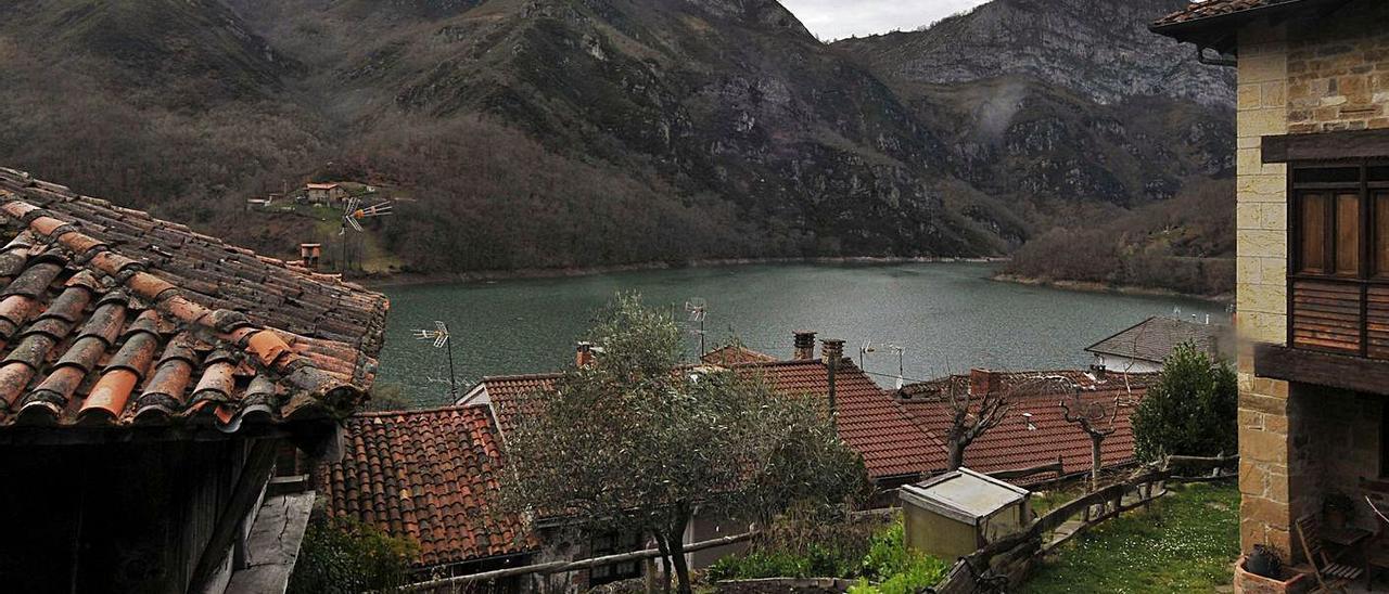 El embalse de Tanes visto desde el pueblo. | LNE