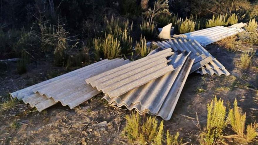 Denunciat per fer nou abocaments de fibrociment en boscos gironins