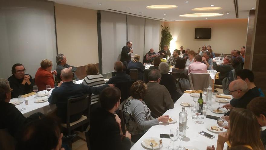 Antonio Baños reuneix mig centenar de persones en el sopar d'Òmnium a Roses