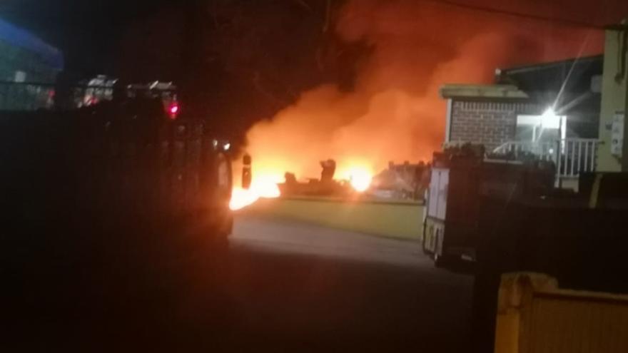 Un incendio de madrugada causa daños en una chatarrería de Poio