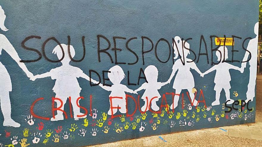 L'escola Vedruna de Girona denuncia pintades i la destrossa de la mostra floral