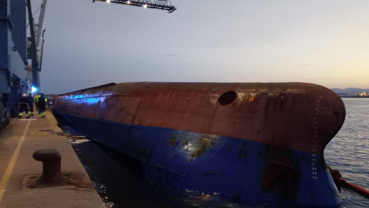 Así quedó el barco mercante de bandera panameña tras escorar 90 grados.