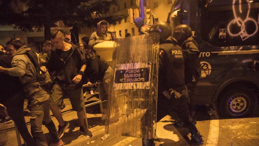 Càrregues i contenidors cremats al centre de Manresa al final de la protesta a la caserna
