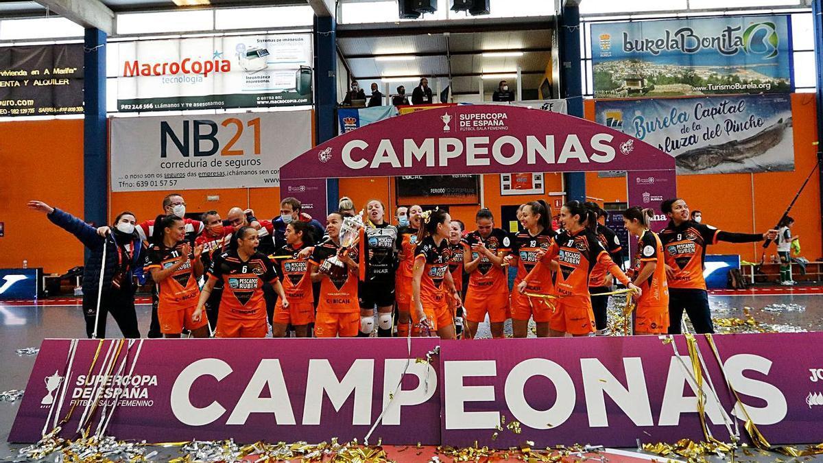 Las jugadoras del Burela celebran el título. |  // @BURELAFS