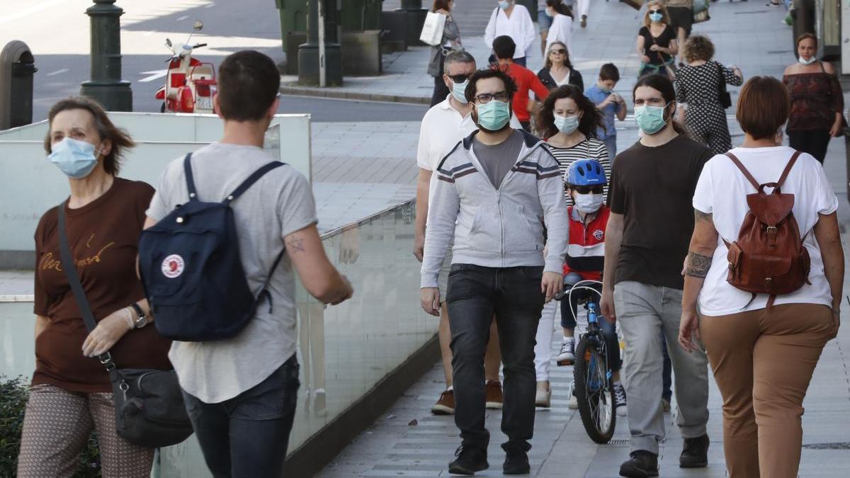 Gente con mascarilla en una calle de Vigo. // José Lores
