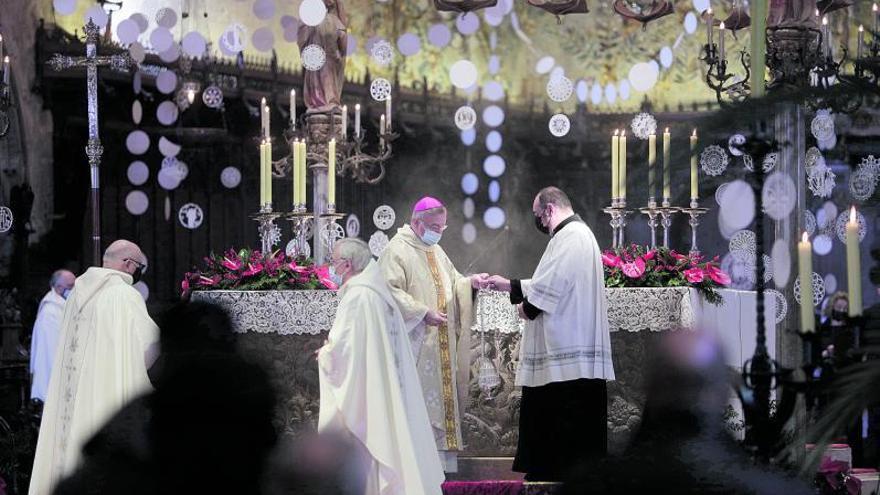 Los asistentes vacunados del obispo «están en nómina de la Catedral»