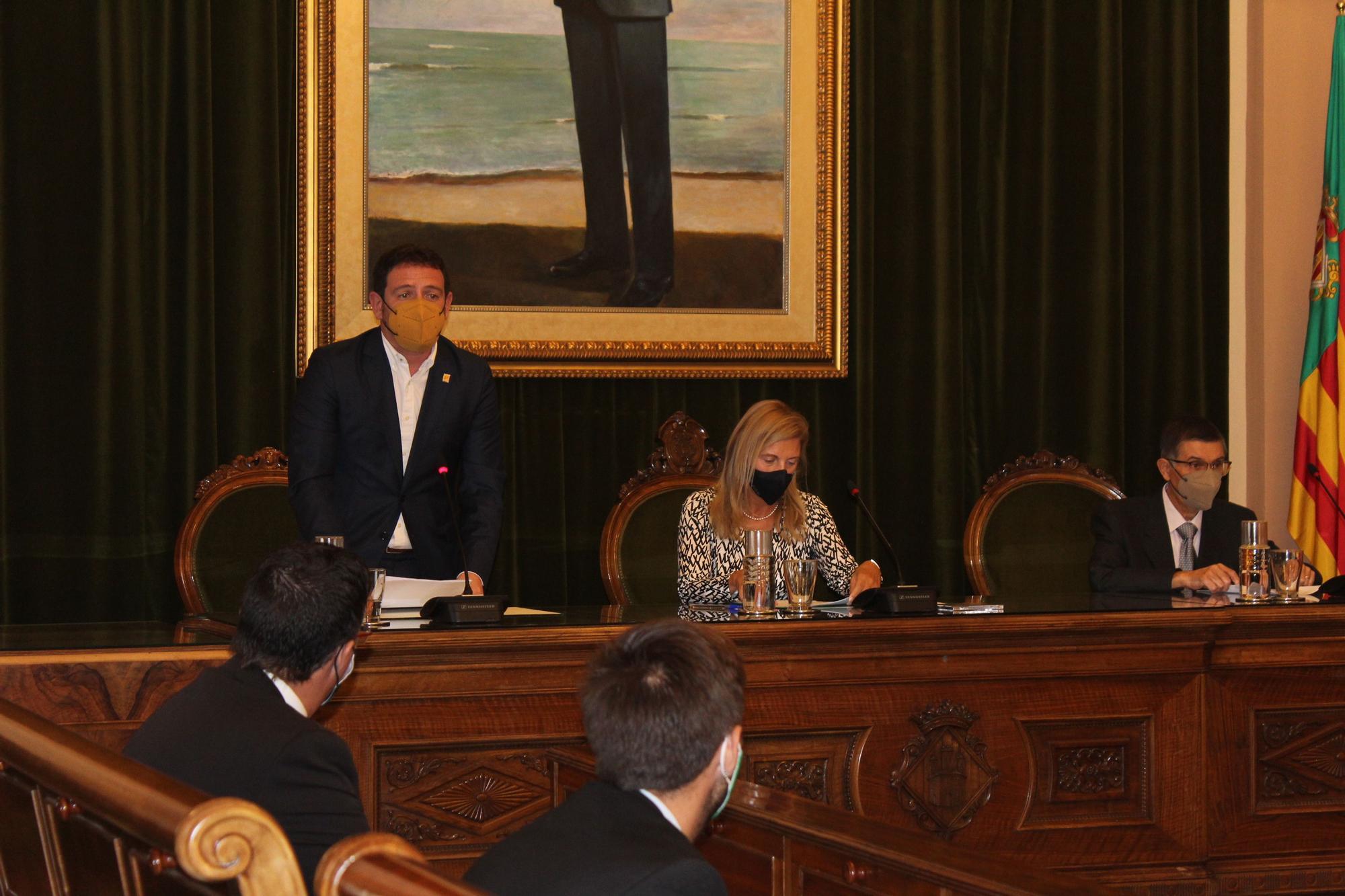 La Fundació Huguet ha entregado los premios de Valenciano y Valenciana del año al personal sanitario valenciano y al cantante de canto de estilo, Pep Martí.