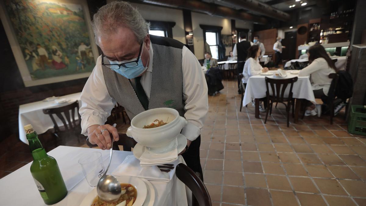 Un camarero sirviendo el menú de la Ascensión el año pasado.