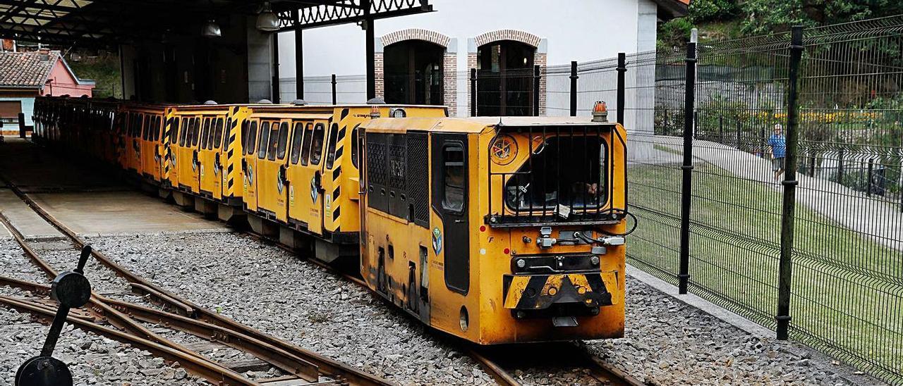 El tren minero abandona la estación de El Cadavíu en una de las visitas.   Juan Plaza