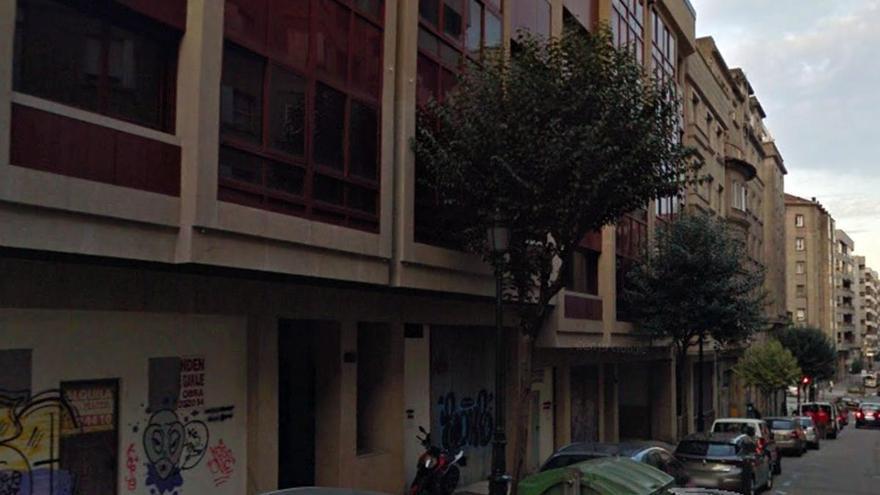 Subastan una vivienda y dos bajos comerciales de un céntrico edificio de Vigo