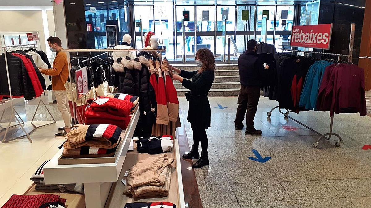 El gran comercio ahora puede vender ropa de abrigo y productos básicos, entre otros.