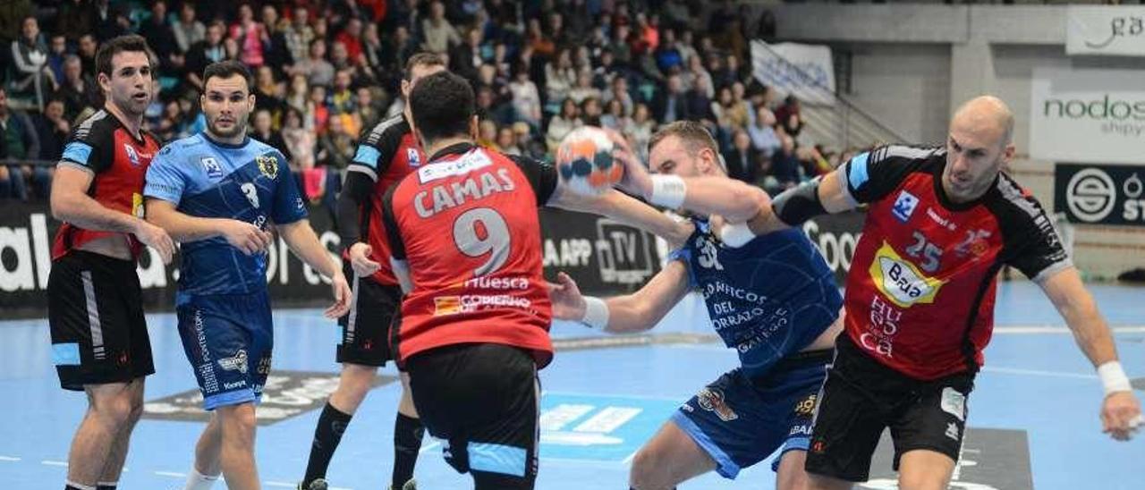 Una acción del duelo Frigoríficos-Huesca, los dos equipos implicados en el descenso. // Gonzalo Núñez
