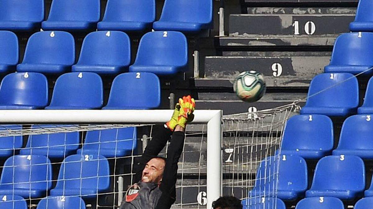 Airam Cabrera salta a por el balón durante el partido que enfrentó al Deportivo y al Extremadura el domingo en Riazor.