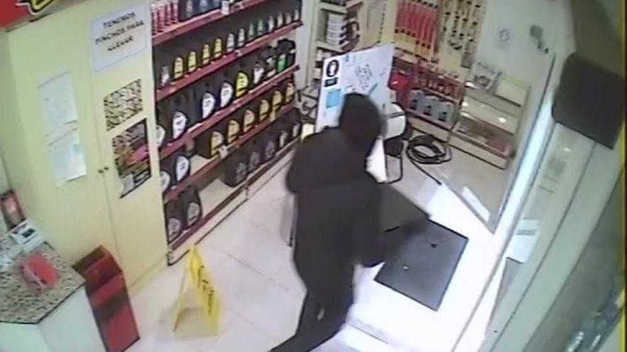 """Así fue el asalto a la gasolinera de Tremañes de tres encapuchados: """"Dame el dinero, dame el dinero"""""""