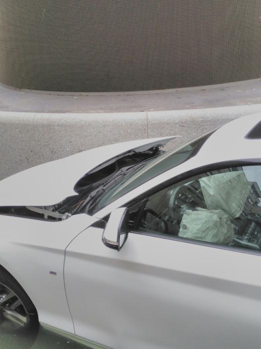 El coche quedó encajado en la fuente