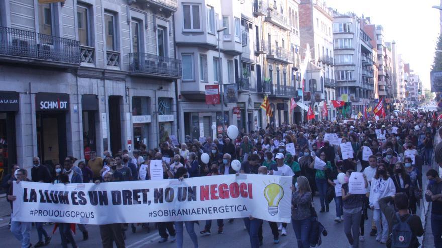 """Un miler de persones protesten a Girona contra el model energètic i per reclamar que la llum """"no sigui negoci"""""""