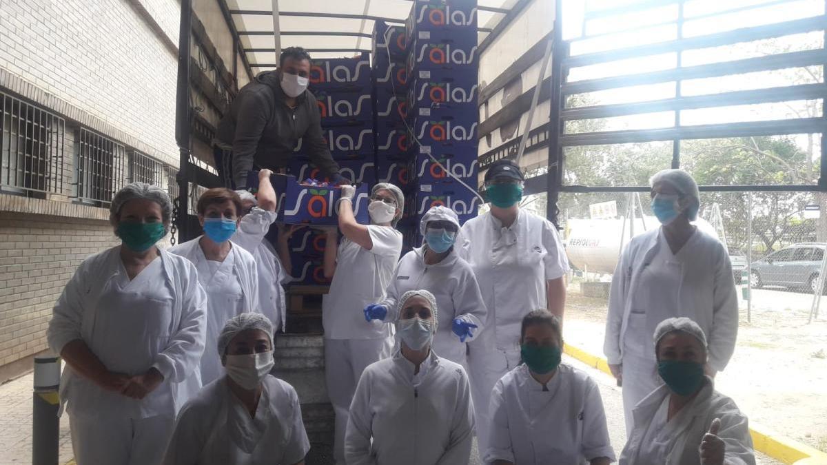 Entrega de naranjas de la empresa Frutas Hermanos Salas e Hijos al hospital de Xàtiva