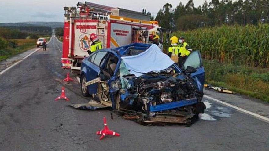 Un hombre fallece en Santa Comba al chocar su coche contra una retroexcavadora