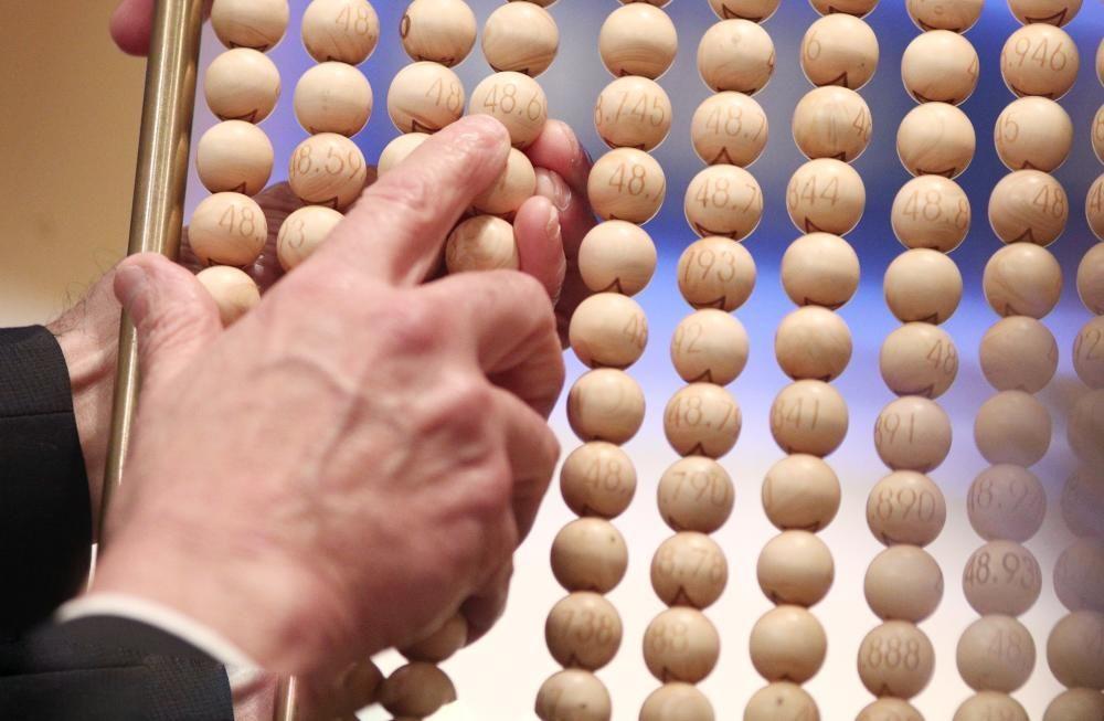 Unos de los lotes de alambres con bolas de los números antes de introducirse en el bombo grande.
