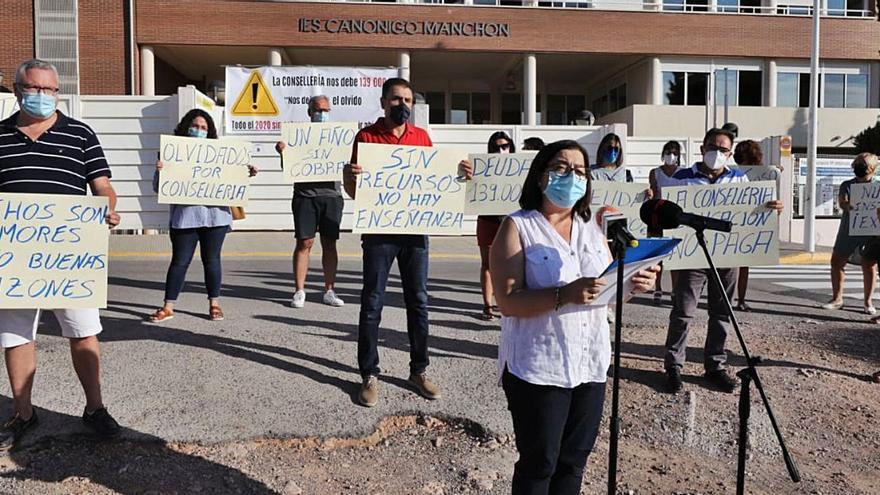 Las familias del IES Canónigo Manchón exigen el pago de la deuda para garantizar las clases