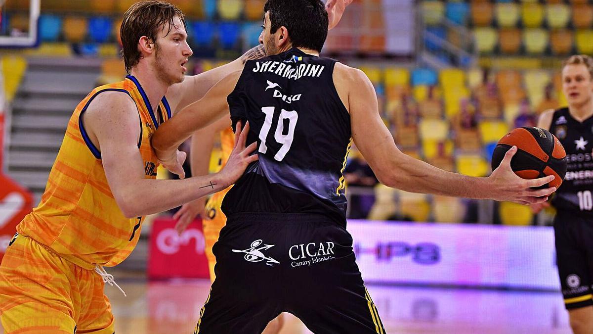 Shermadini protege el balón para dar una asistencia en el Gran Canaria-Iberostar del pasado sábado.