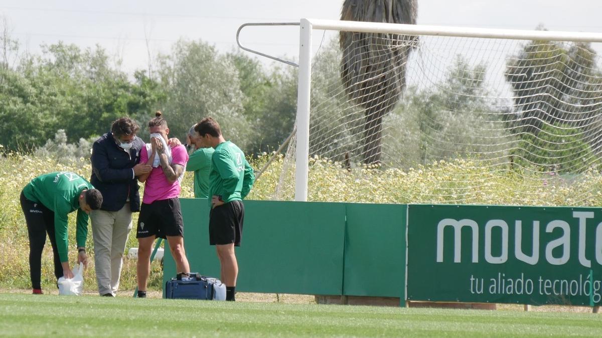 Samu Delgado, entre González Calvo y Víctor Salas, al retirarse del entrenamiento del Córdoba CF, hoy.