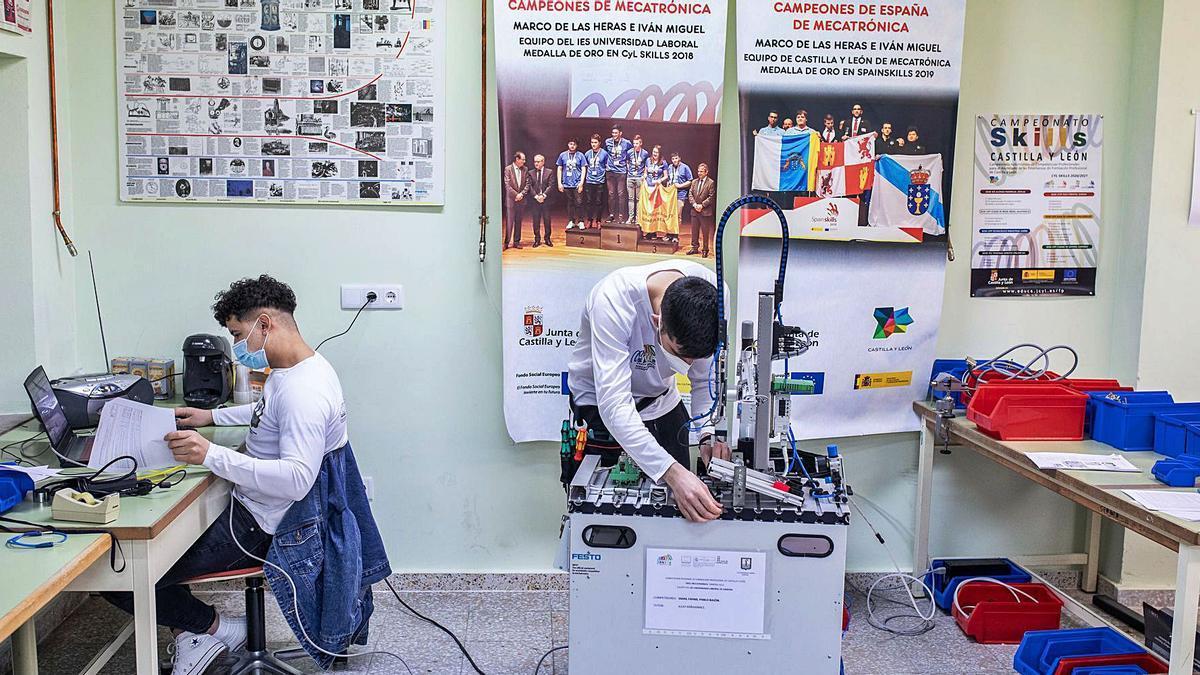 Smail Fahmi (sentado) y su compañero Pablo Balón, entrenan en el laboratorio del IES Universidad Laboral para la competición.
