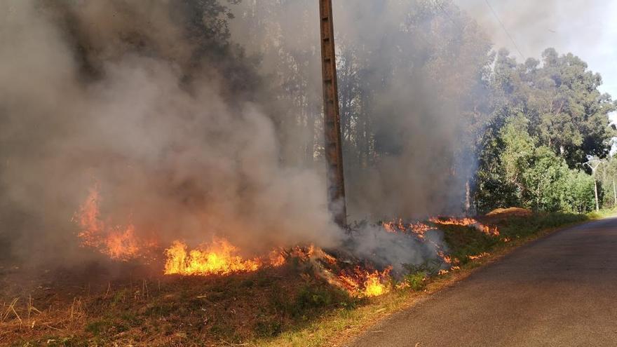Cuntis sufre un segundo incendio forestal en menos de 24 horas
