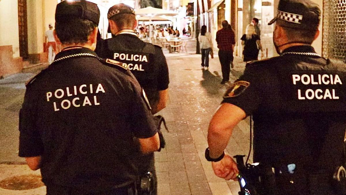Agentes de la Policía Local en una zona de ocio de Alicante, en un reciente operativo nocturno.    INFORMACIÓN