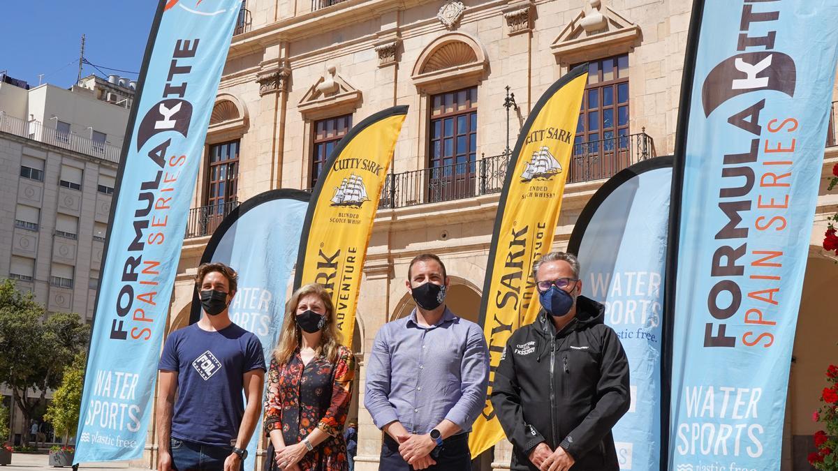 La plaza del Ayuntamiento acogió la presentación de la prueba de kite surf, en Castelló por cuarta vez.