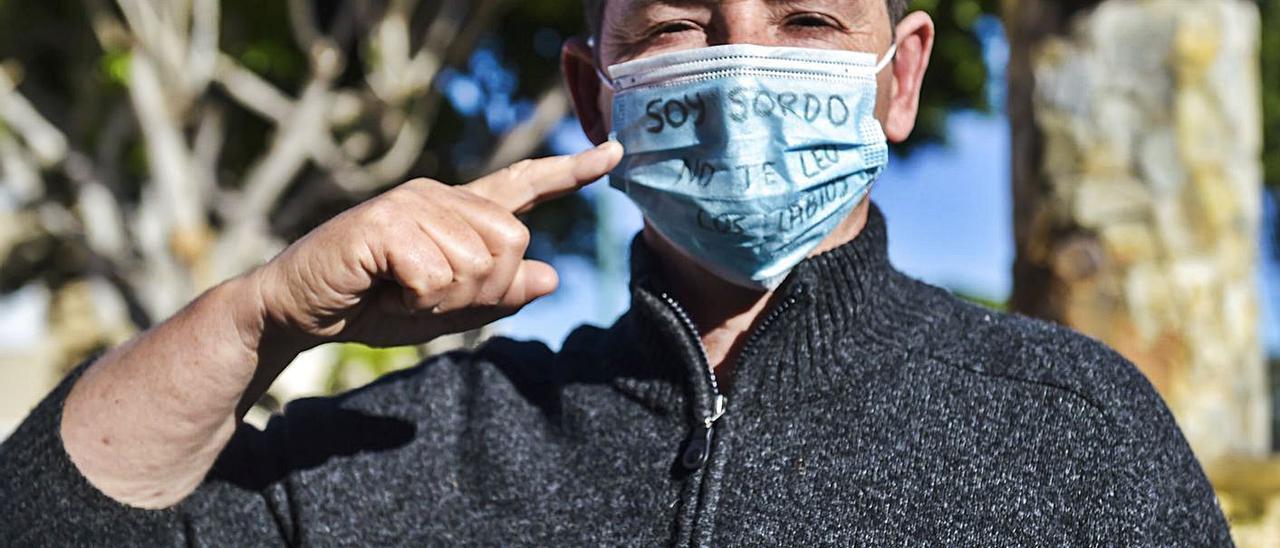 Marcos Lechet, con su mascarilla que reza 'Soy sordo, no te leo los labios'. | | ANDRÉS CRUZ