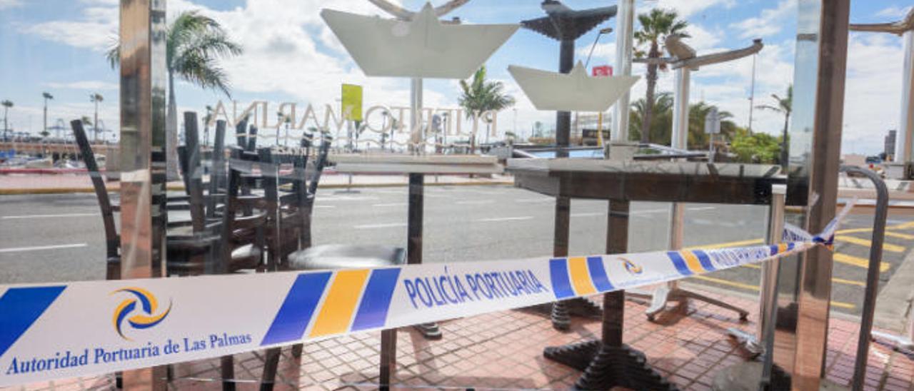 Terraza precintada del restaurante Puerto Marina.