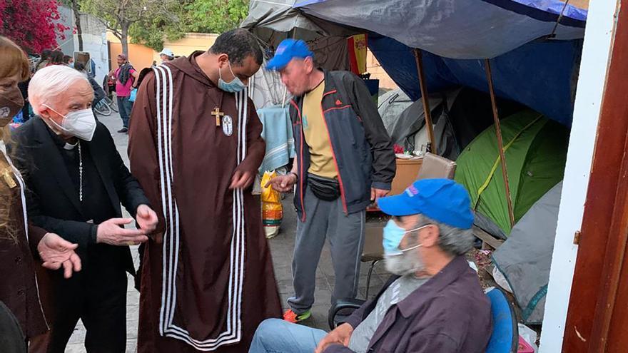 El cardenal Cañizares visita el asentamiento de Gaspar Bono