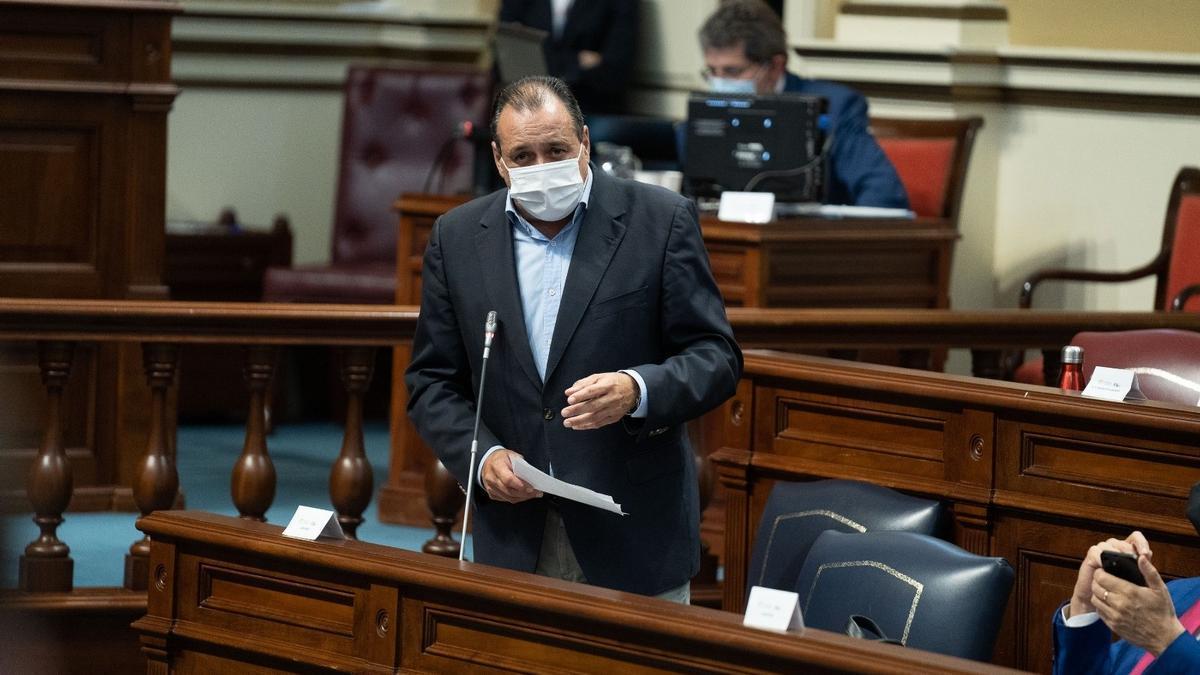 El consejero Blas Trujillo, interviene en el pleno del Parlamento celebrado este martes.