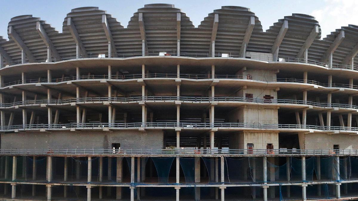 Aspecto externo del estadio, con las obras paradas desde 2009.  m.á.montesinos