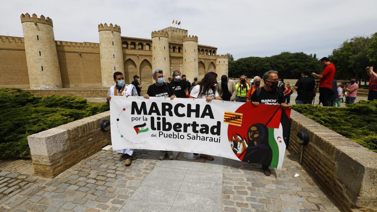 Los participantes en la marcha, este mediodía, en el momento de salir desde La Aljafería.