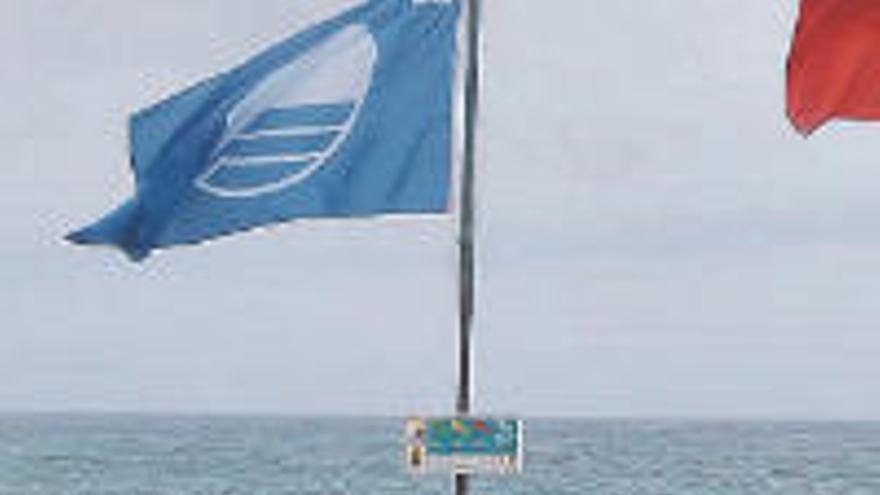 Las banderas azules de 2020 ya ondean en el Puerto de la Cruz y Garachico