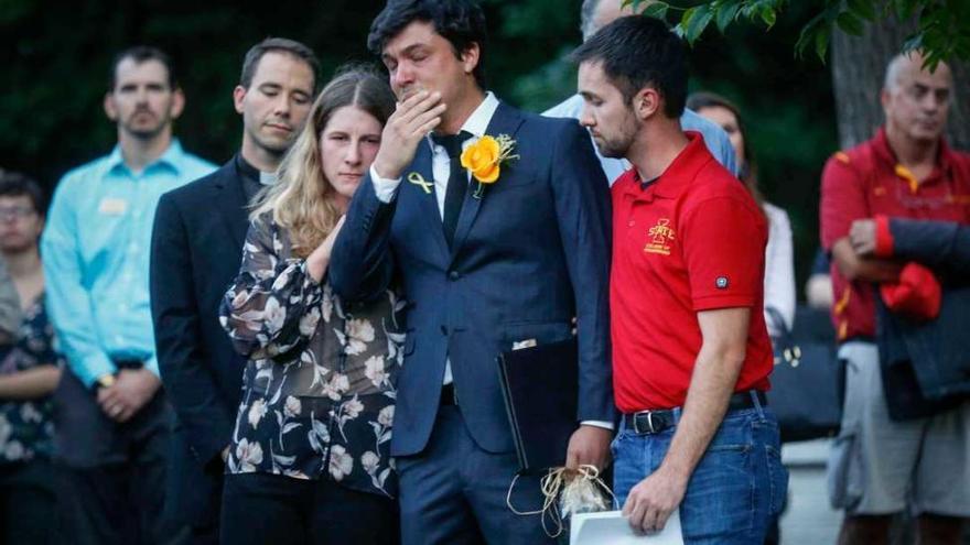 El dolor de Carlos Negrín, el novio canario de Celia Barquín, en el funeral de la golfista asesinada en EEUU