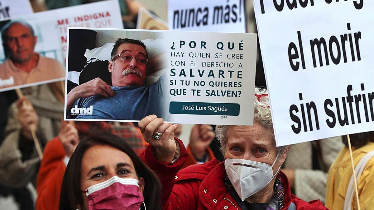 Manifestación de la Asociación Derecho a Morir Dignamente frente al Congreso de los Diputados.