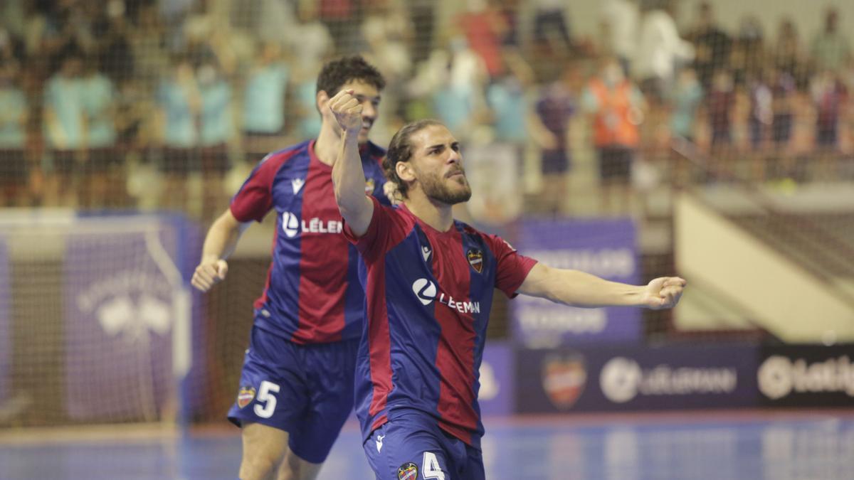 Celebración de un gol de Esteban en Paterna