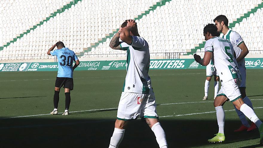 Los jugadores del Córdoba CF se lamentan después del segundo gol del Linense.jpeg