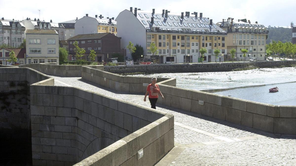 El puente de O Burgo y, al fondo, el margen de la ría en territorio de Cambre.