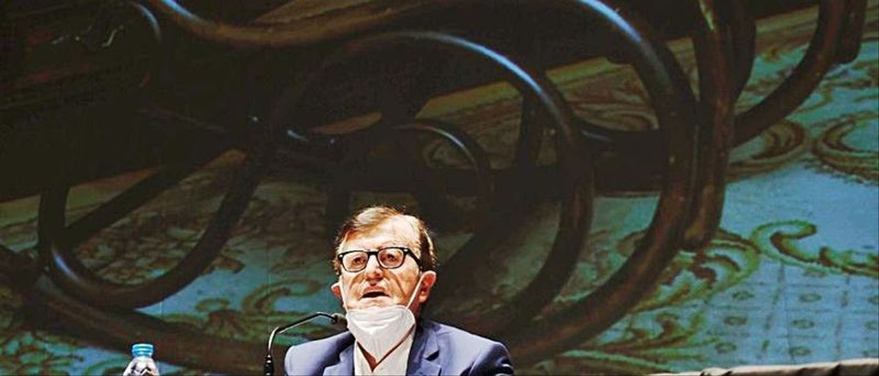 José Antonio Coppen, ayer, durante la presentación de su libro en el Centro Polivalente de Lugones. | Miki López
