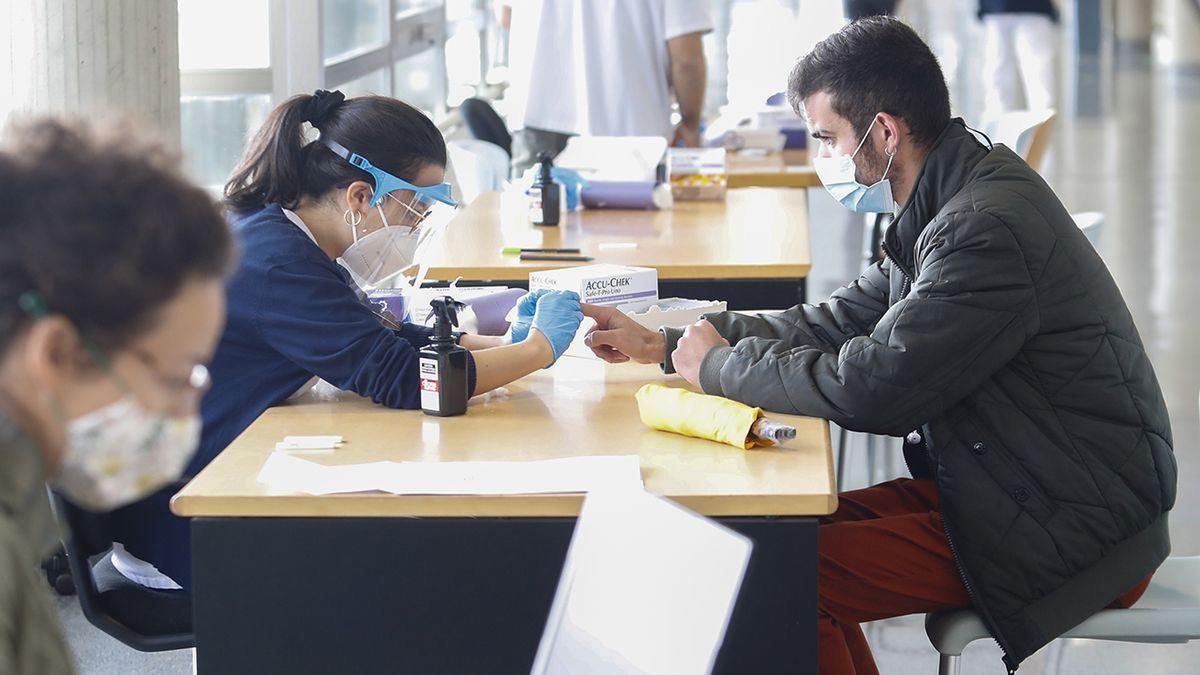 Alumnos de Enfermería realizando test rápidos de Covid en Vigo