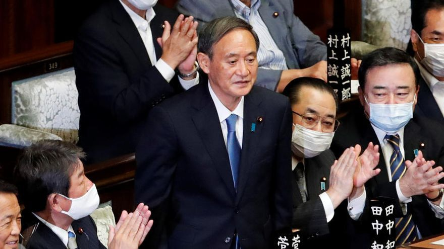 Suga asume el Gobierno nipón con una promesa de continuidad y retos heredados